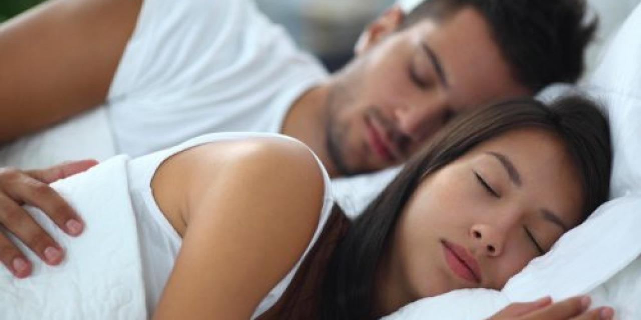 صورة افضل طريقة للنوم في حضن الزوج روعة , للحضن اثناء النوم سبع فوائد